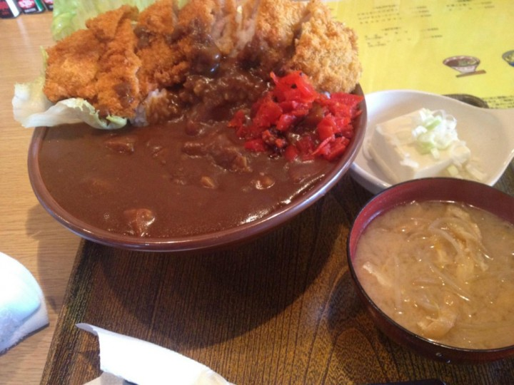 皿でなくすり鉢で出てくるドライブイン小柳のカツカレー大盛り(味噌汁・小鉢付き)