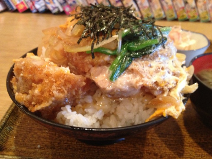 ドライブイン小柳の大盛りカツ丼(卵とじタイプ、刻み海苔トッピング)