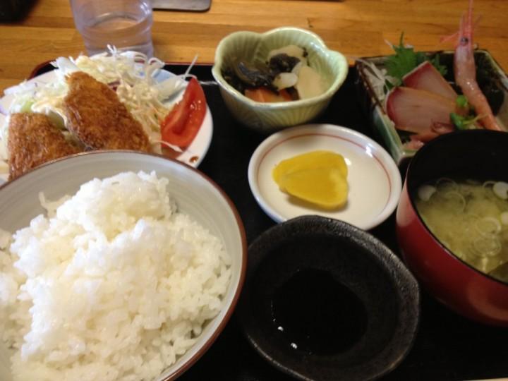 鳳食堂の日替定食(刺身、アジフライ、小鉢、味噌汁、お新香)