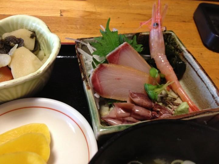 日替定食・刺身のアップ(ハマチ、甘エビ、ホタルイカ)