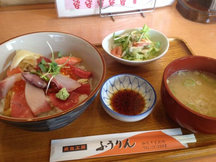 美食工房 ふうりんの日替わり定食(海鮮丼・味噌汁・サラダ)