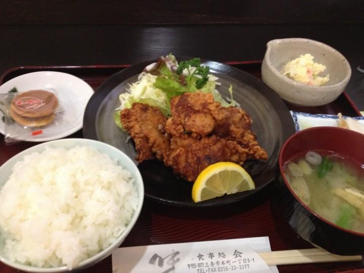 会の鳥から定食(ご飯、からあげ、小鉢、味噌汁、お新香、デザートのクッキー)