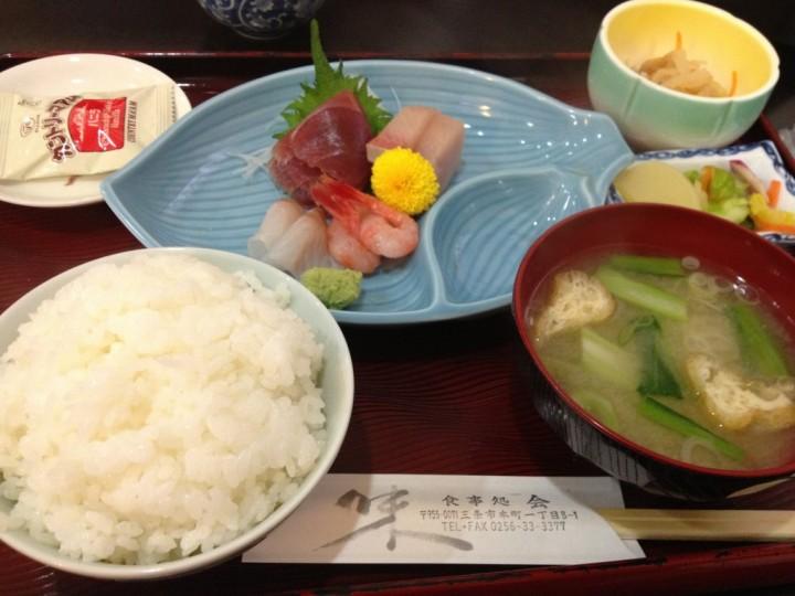 食事処・会の刺身定食(ご飯、刺身、味噌汁、小鉢、お新香、デザートのカントリーマアム)