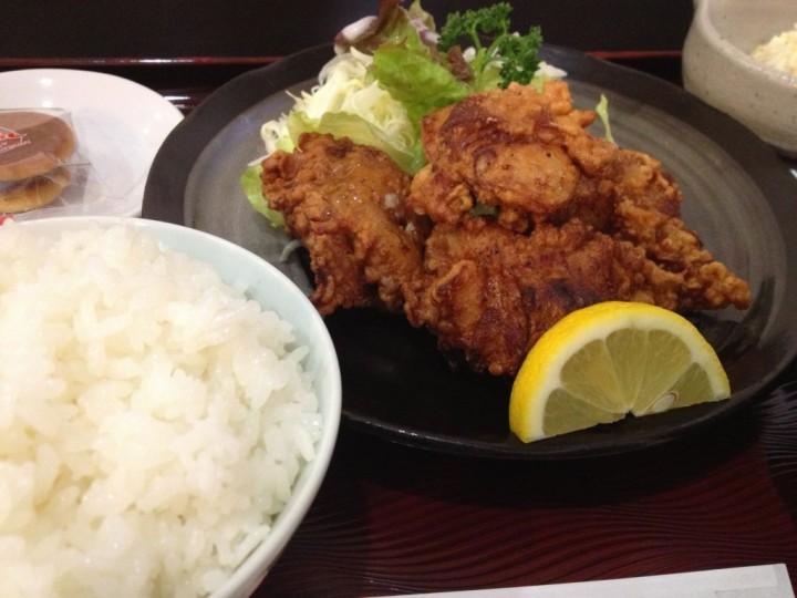鳥から定食の唐揚げアップ(野菜とくし切りレモン付き)