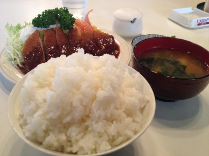 カフェテリア志賀のとんかつ定食(ロースカツ、ご飯、味噌汁、お新香)