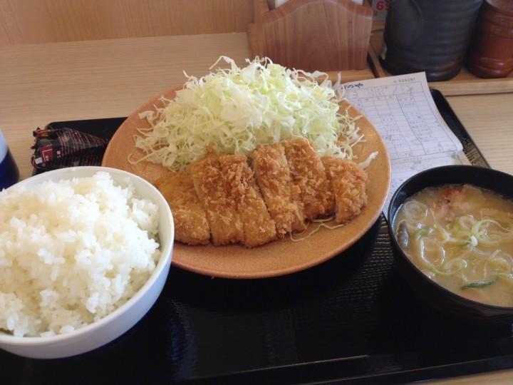 かつや三条店 ロースカツ定食(千切りキャベツ付きロースカツ、ご飯、味噌汁)