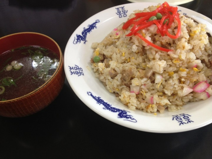 タカラ飯店の炒飯大盛り(てっぺんにグリーンピースと紅ショウガ、スープ付き)