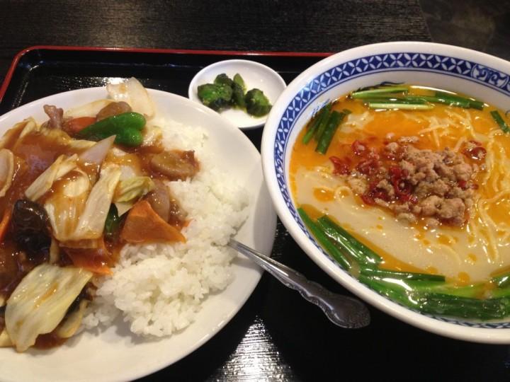 千滋百味の千滋セット(豚骨台湾ラーメン+回鍋肉飯、お新香付き)