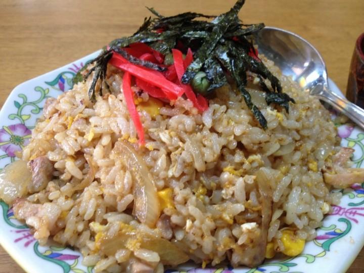 炒飯のアップ(紅ショウガと刻み海苔が乗っている)