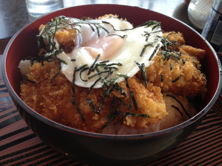 レストハウス道草のカツ丼大盛り(タレカツ丼タイプ、目玉焼きと刻み海苔のトッピング)