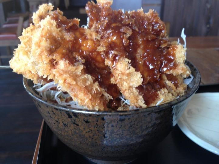 チキン・ソースかつ丼のアップ(千切りキャベツをしいたタイプ)