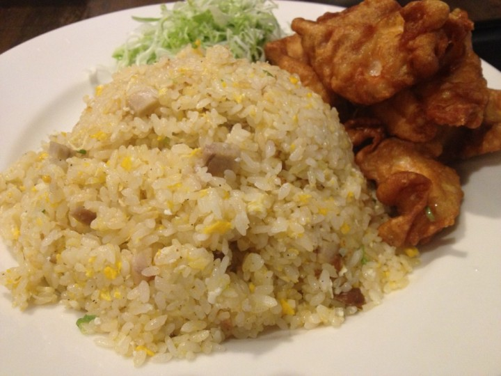 チャーハンのアップ(唐揚げとキャベツは炒飯と一緒のお皿に盛り付けられている)