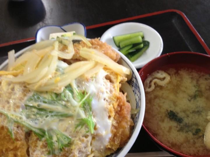 都食堂のカツ丼大盛り(小鉢、味噌汁お新香付き)