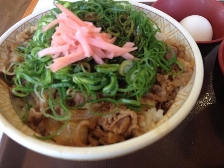 ねぎ玉牛丼のアップ(紅ショウガのせ)