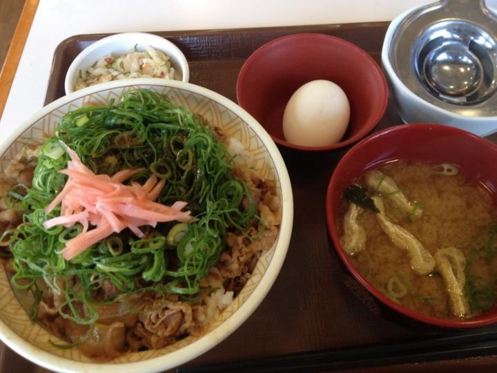 すき家燕三条店のねぎ玉牛丼(味噌汁、たまご、おしんこ付き)