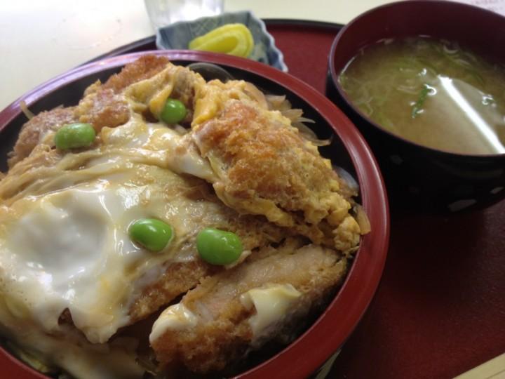 レストラン大三のカツ丼(味噌汁・お新香付きの卵とじタイプ、容器は丼でなく寿司桶型)
