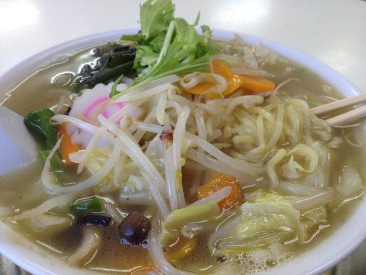 レストラン大三の野菜ラーメン(具は野菜炒め、ナルト、飾りに水菜)