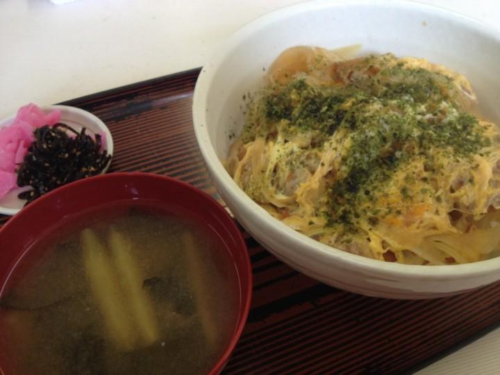 新潟地域振興局巻庁舎食堂のカツ丼大盛り(味噌汁・お新香付き)