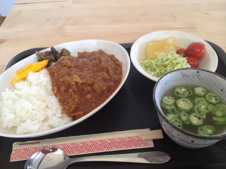 キッチンハウスとみおかのカレーライス(ミニサラダとオクラのスープ付き)