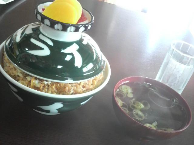 渋いデザインの店名入り丼で出てくるカツ丼(お新香、味噌汁付き)