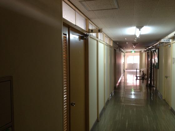 新潟地域振興局巻庁舎の廊下(左が食堂入り口)