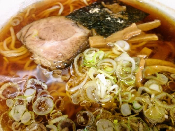 東華飯店のラーメン(具はチャーシュー、メンマ、胡椒のせ海苔、ネギ)