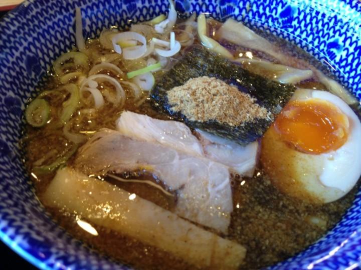 つけ汁の丼アップ(具はチャーシュー、メンマ、味玉、魚粉のせ海苔、ネギ)