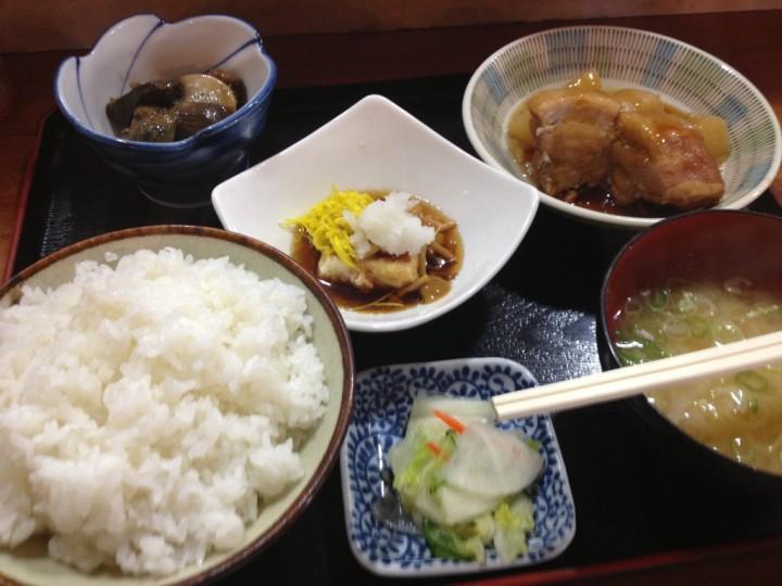 あらきやの日替ランチ(ご飯、味噌汁、おかず三品、お新香)