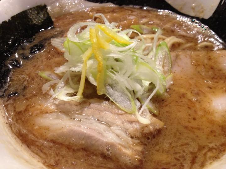 八・吉田店の濃厚煮干し中華(具はチャーシュー、メンマ、海苔、ネギ、ゆず皮)