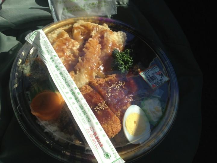 ガリバー弁当(ゆで卵、ポテトサラダ、お新香、飾りにパセリ付き)
