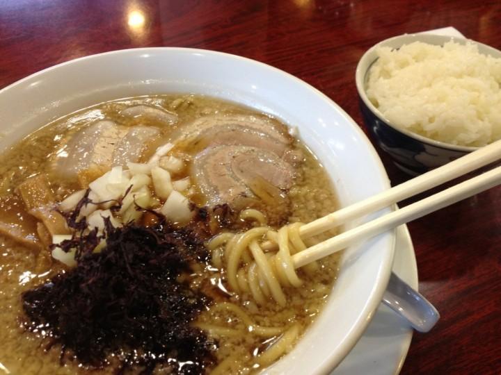 天狗屋の背脂中華・太麺(具はチャーシュー、メンマ、タマネギ)+半ライス