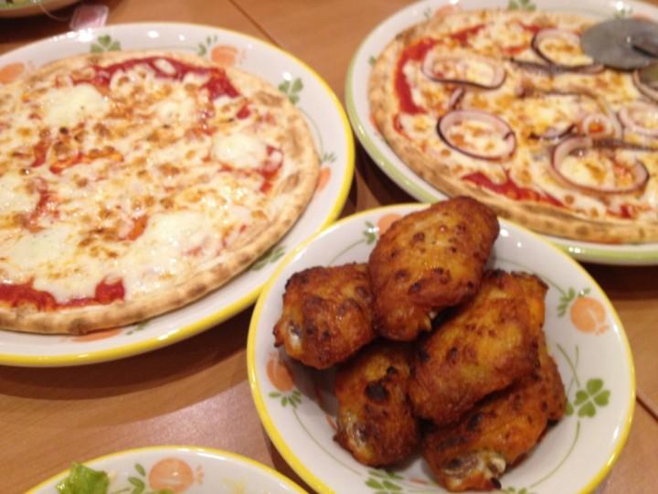 サイゼリヤのマルゲリータピザ、真イカとアンチョビのピザ、辛味チキン