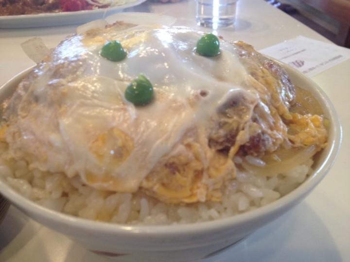 かつ丼のアップ(卵とじタイプ、飾りはグリーンピース三つ)
