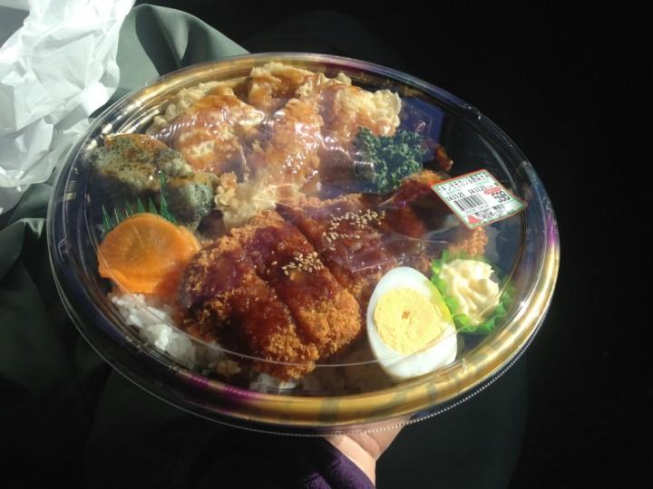 たわら屋のガリバー弁当(チキンモモカツ&野菜天丼)
