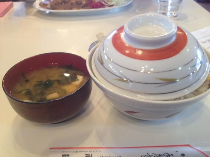 カフェテリア志賀のかつ丼大盛り・蓋を開ける前(味噌汁お新香付き)