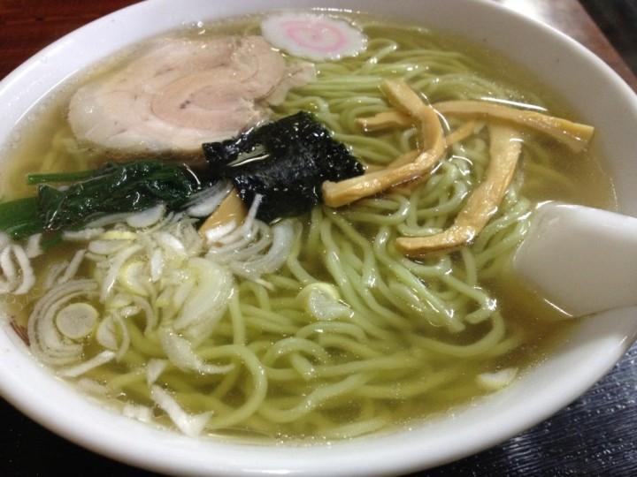 冨士食堂の中華そば(具はチャーシュー、メンマ、ほうれん草、海苔、ナルト、ネギ)