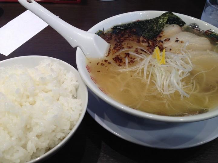 塩ラーメンと無料ライス(大)
