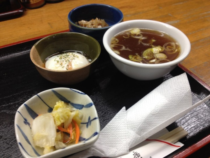 カツカレーの付け合せ(漬け物、温泉卵、スープ、小鉢)