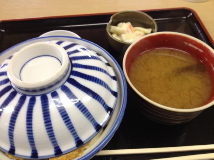 こみやまのカツ丼大盛り(味噌汁、漬け物、小鉢付き)