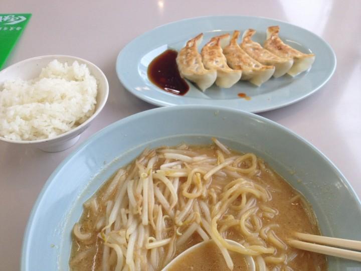 くるまや東萱場店の三種の神器・味噌ラーメン、無料のライス、無料の餃子