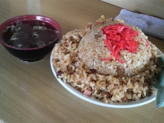 萬来のチャーハン大盛り(スープ付き、飾りは紅ショウガ)