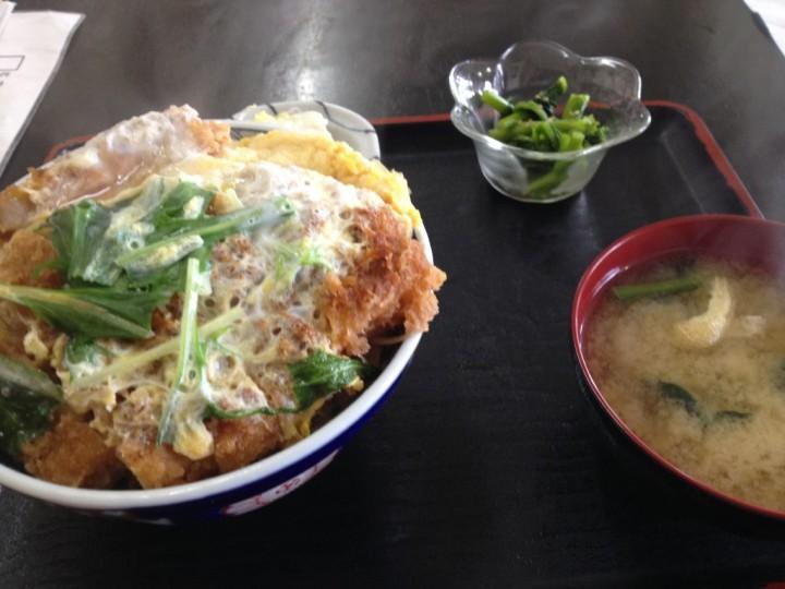 都食堂のかつ丼大盛り(卵とじタイプ、味噌汁、小鉢付き)