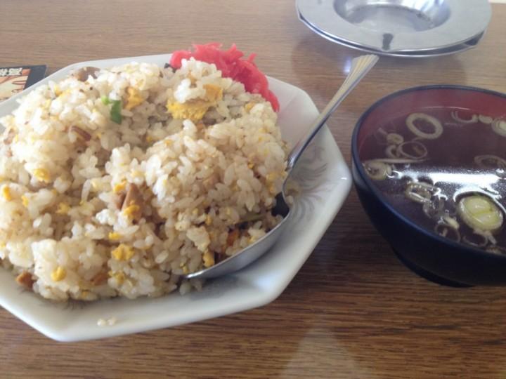 こみやま食堂のチャーハン大盛り(紅しょうが添え、スープ付き)