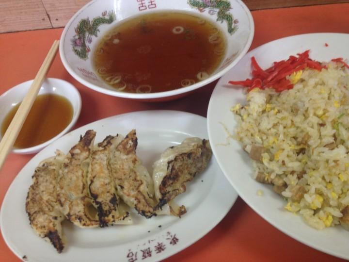 東華飯店のチャーハン大(スープ付き)とギョーザ