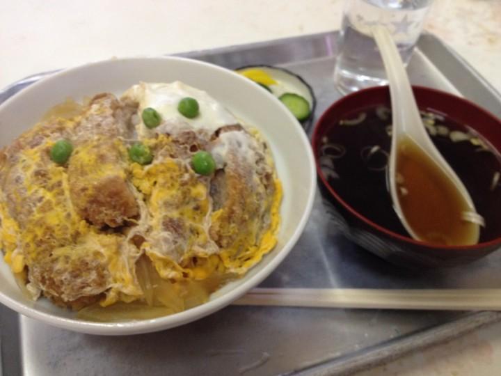 長谷銀食堂のかつ丼(卵とじタイプ、漬物、スープ付き)