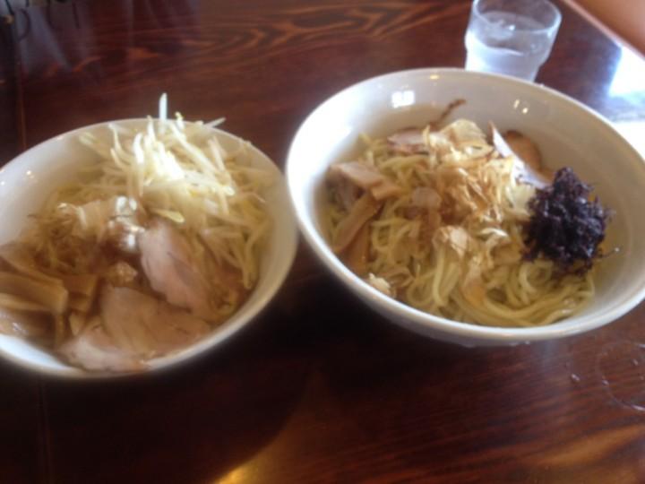 らーめん勝のつけそば・麺のどんぶり(左が普通盛り、右が大盛り)