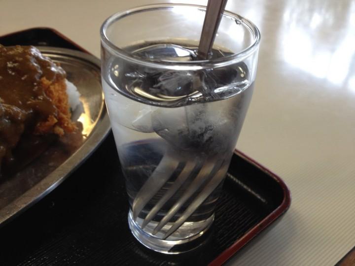 野菊のカツカレーライスに添えられた氷水