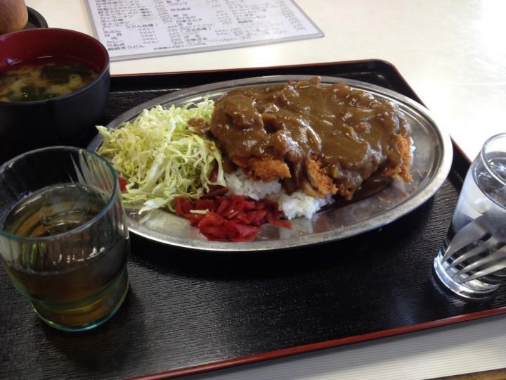 ドライブイン野菊のカツカレーライス(千切りキャベツ、福神漬添え、味噌汁付き。カレーオンザカツタイプ)