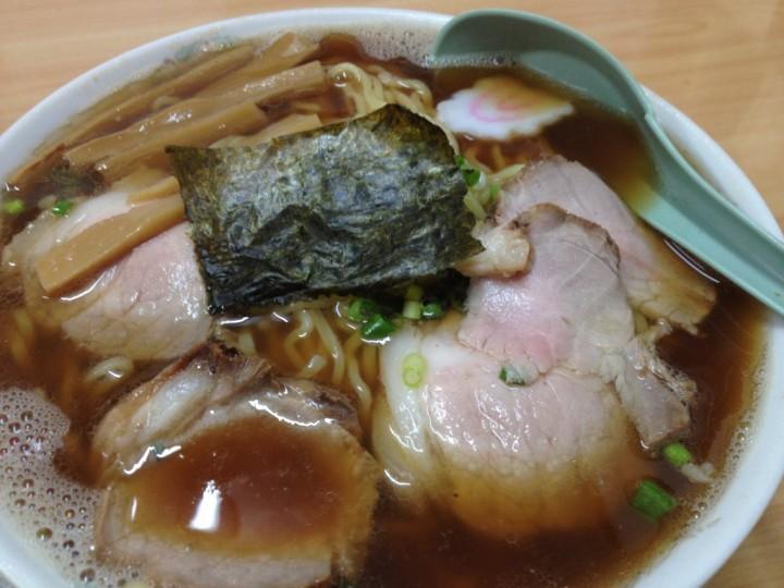 栄食堂のラーメン大盛り(具はチャーシュー、シナチク、ナルト、海苔、ネギ)