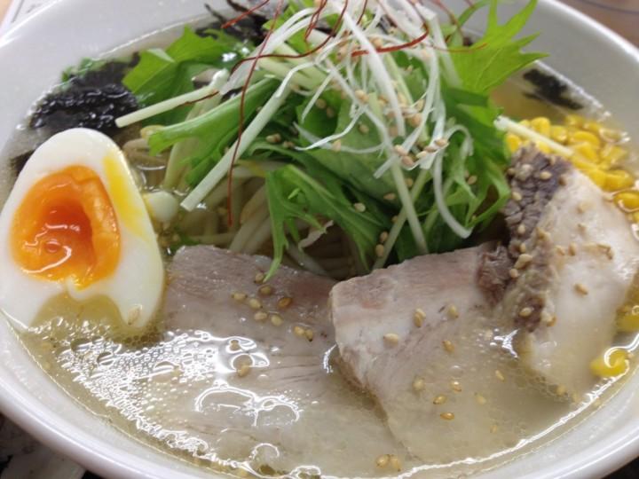 知床鶏塩ラーメンのアップ(具は鶏チャーシュー、ゆでたまご、コーン、水菜など)